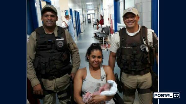 Jovem tem bebê dentro de carro com auxílio de policiais; veja