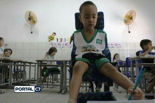 Menino que escreve com os pés ganha carteira adaptada em creche no Piauí