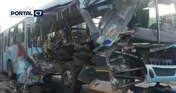 Idosa de 87 anos tem corpo partido ao meio em acidente entre ônibus e caminhão