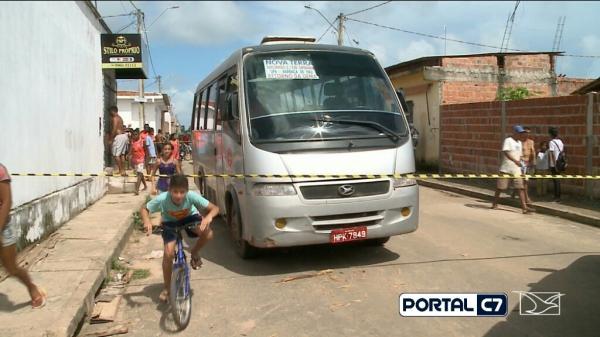 Criança de 6 anos é atropelada por van ao descer de ônibus escolar no Maranhão