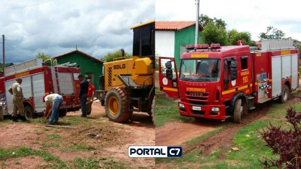 Carro dos Bombeiros fica atolado em lamaçal por 10 horas ao atender incêndio em Teresina