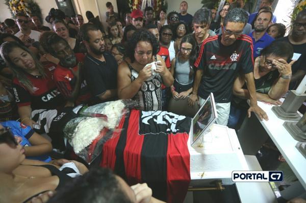 Foto: Fábio Motta/Parentes e amigos comovidos comparecem ao funeral do jovem Arthur Vinicius