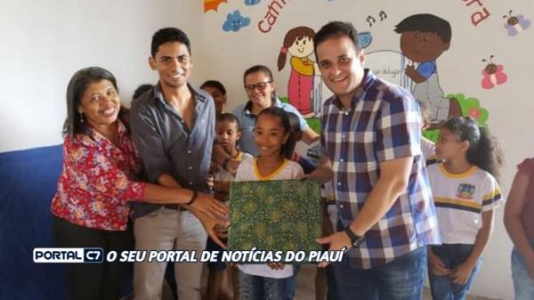 Prefeito Diego Teixeira entrega Notebook à aluna nota 10 em Amarante