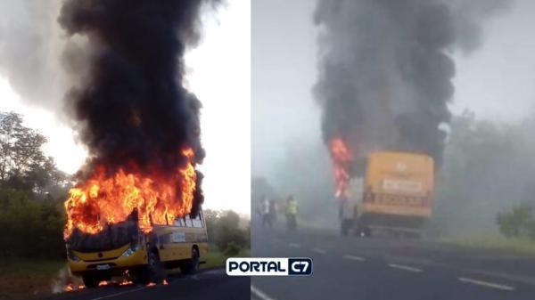 Ônibus escolar pega fogo em cidade do Piauí: 40 alunos conseguem escapar