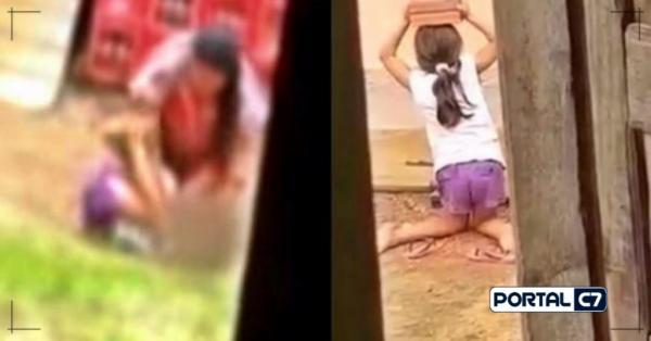Mãe é autuada por tortura, após sufocar e colocar filha de joelhos com tijolo na cabeça