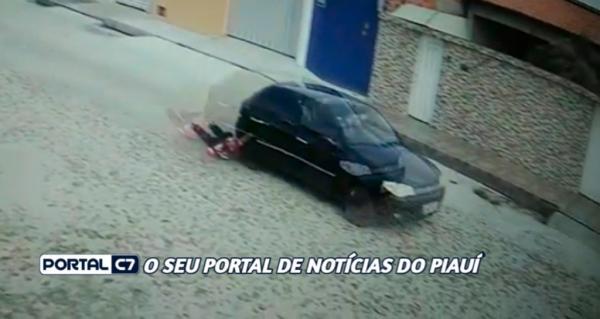 Vídeo: suspeito é arrastado por comparsa em fuga após assalto em Teresina