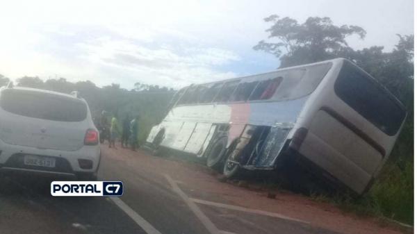 Notícia Urgente: Caminhão tomba e ônibus sai da pista na BR-316; imagens