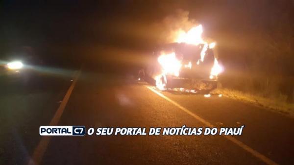 Notícia Urgente: Carro-forte pega fogo na BR 343, em Amarante