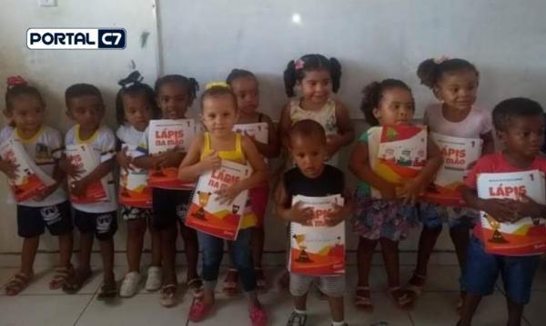 Prefeitura Municipal de Amarante realiza entrega de livros no bairro Areias