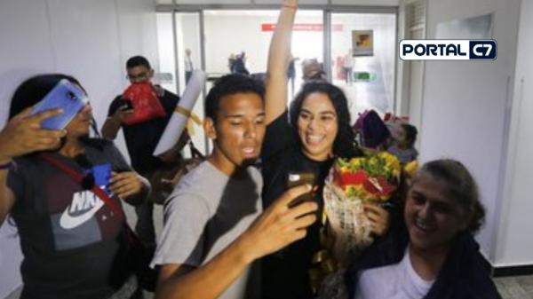 Populares acompanham chegada de Elana em Teresina/Imagens: Marcelo Cardoso-GP1