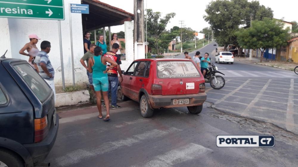 Carro de Vereador desce sem motorista e bate em poste de Amarante