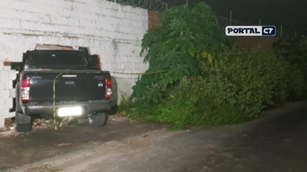 Vítima derrubou muro e invadiu terreno de empresa no Mondubim/Foto: Rafaela Duarte