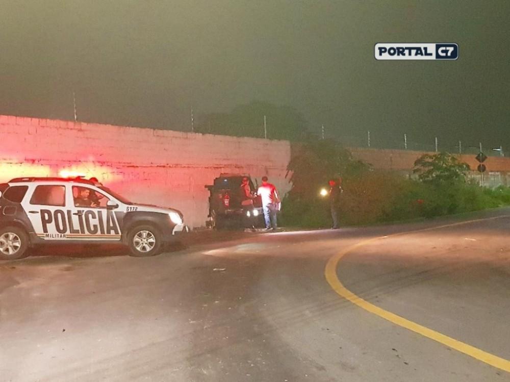 Motorista perde o controle ao ser baleado, colide em muro e morre ao tentar se esconder em empresa