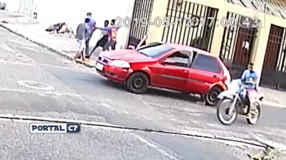 Homem é espancado por assaltantes em Teresina — Foto: Reprodução