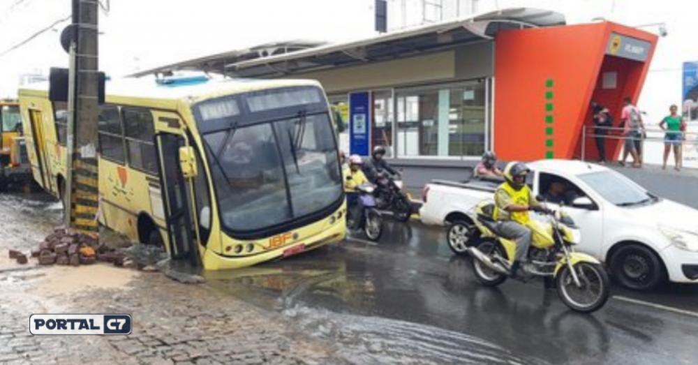 Ônibus escolar ficou preso em um buraco na Avenida Kennedy Fotos: Helio Alef, Edmilson Nunes e Brunno Suênio
