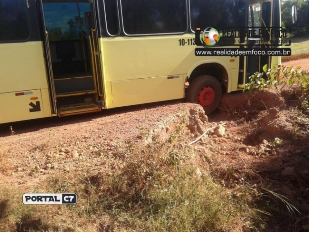 Após ultrapassagem, ônibus fica preso em buraco no Piauí