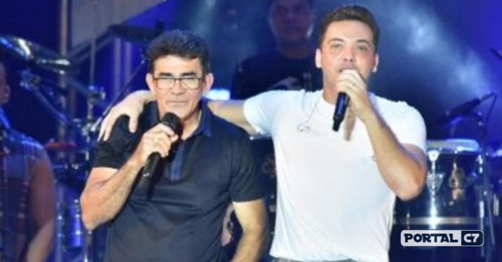 Wesley Safadão recebe Cizinato Diniz, pai do cantor Gabriel Diniz, no palco do São João da Capitá, no Recife - Imagem: Felipe Souto Maior/AgNews