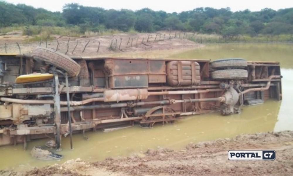 Ônibus escolar tomba e cai dentro de açude com alunos no Norte do Piauí