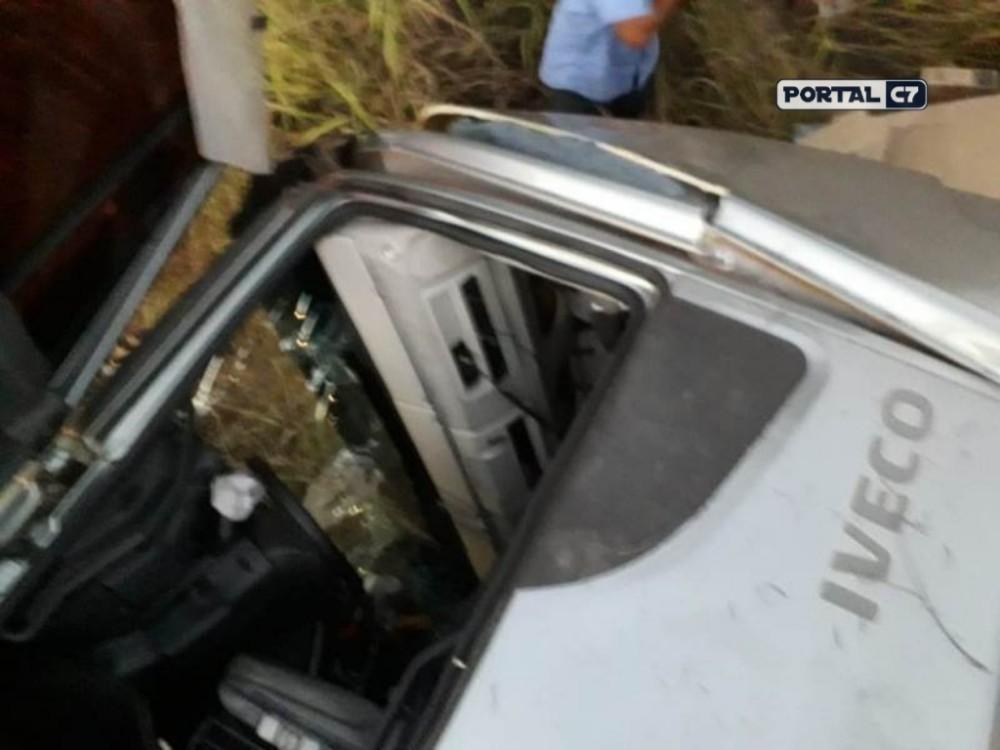 Caminhoneiro piauiense tomba carreta na BR-135 no estado de Minas Gerais