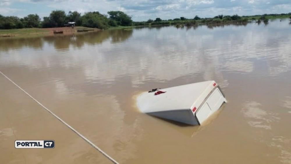 Van com passageiros cai dentro do Rio Longá no Norte do Piauí