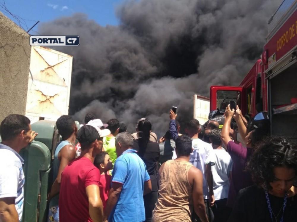 URGENTE: Incêndio em sucata ameaça residências não Zona Sul de Teresina
