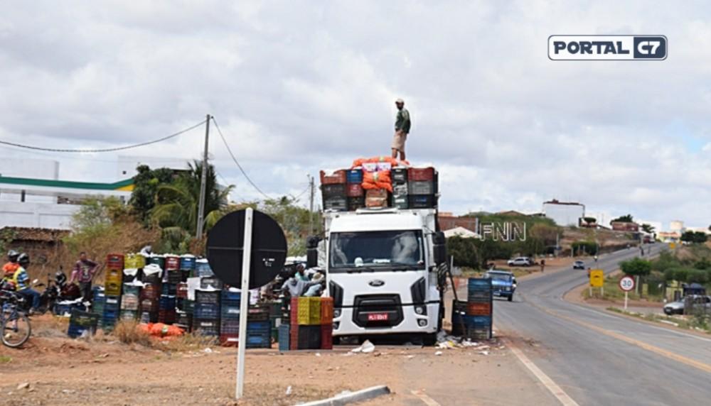 Caminhão é escorado por outros veículos para evitar tombamento no Piauí