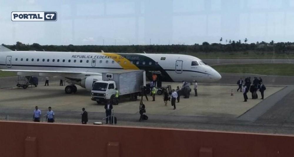 Comitiva de Bolsonaro desembarca em Parnaíba e se reúne com Mão Santa