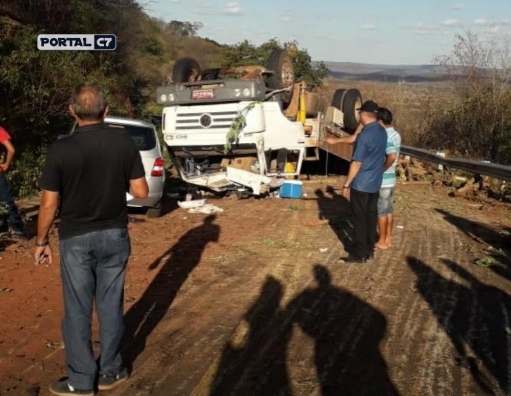 Caminhão carregado de madeira tomba entre Regeneração e Oeiras