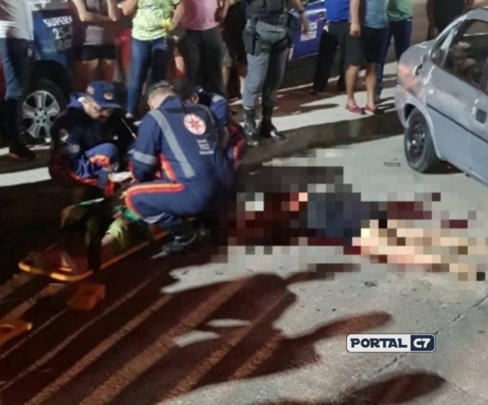 Mulher é arremessada e esmagada por carro durante capotamento