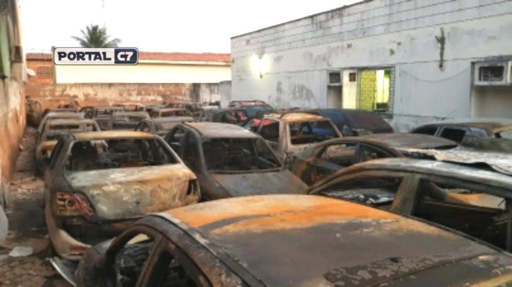 Homem coloca fogo em carros estacionados no 18º DP