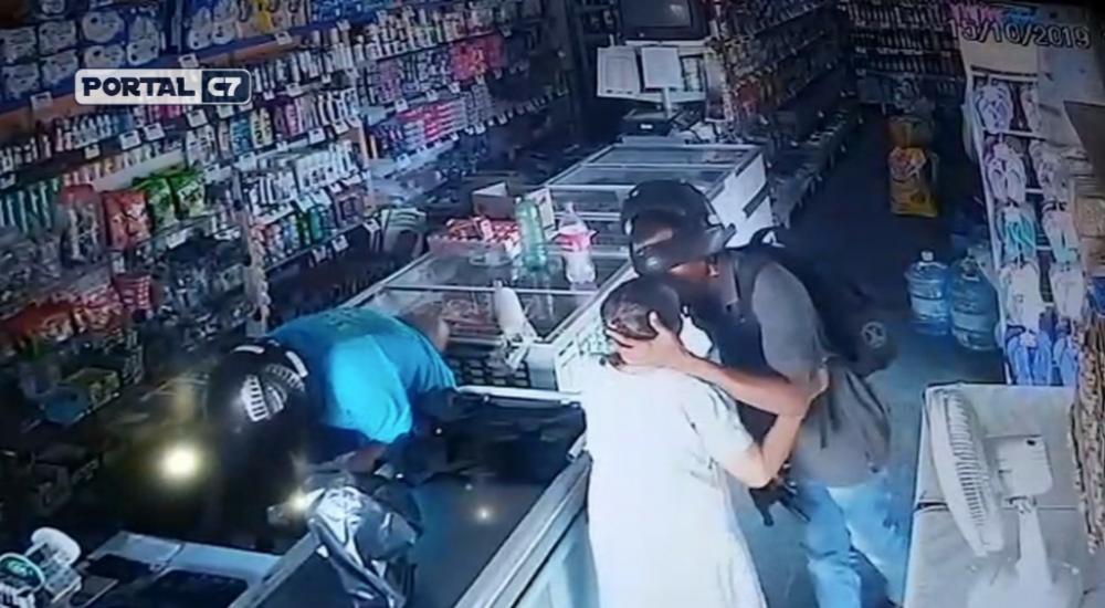 Assaltante deu beijo em idosa durante assalto em Amarante. — Foto: Reprodução