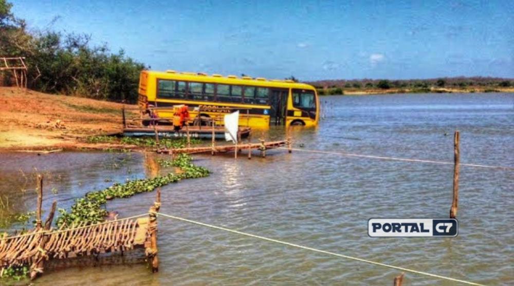 Ônibus escolar cai dentro de rio no Piauí após 'manobra arriscada'
