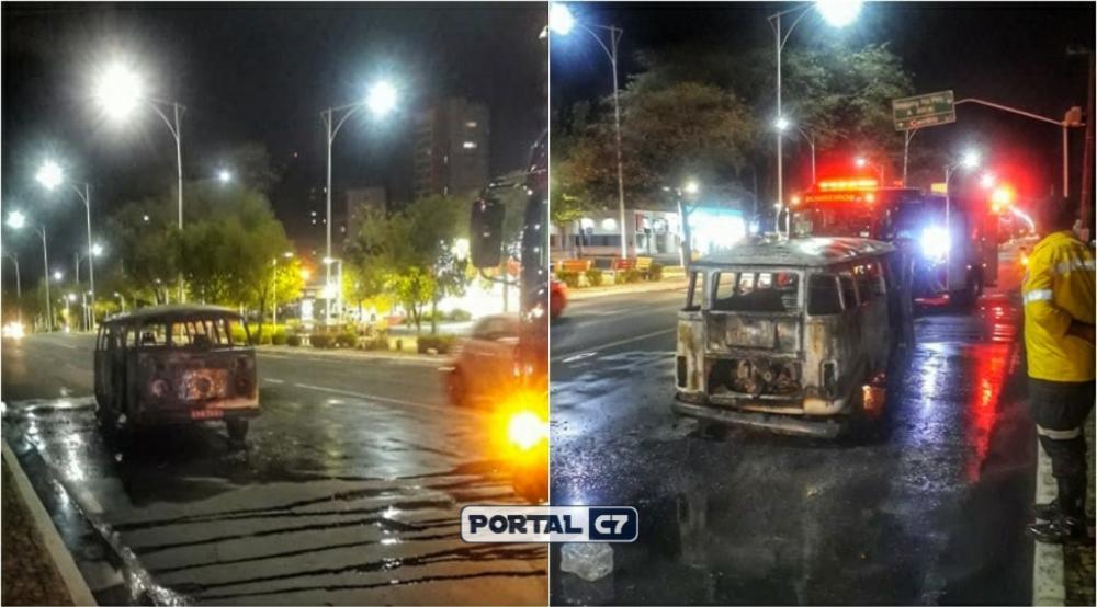 Foto: Divulgação/Whatsapp - Veículo Kombi pegou fogo