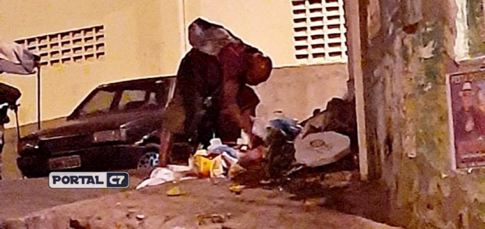 Idoso de 75 anos procurando comida no lixo