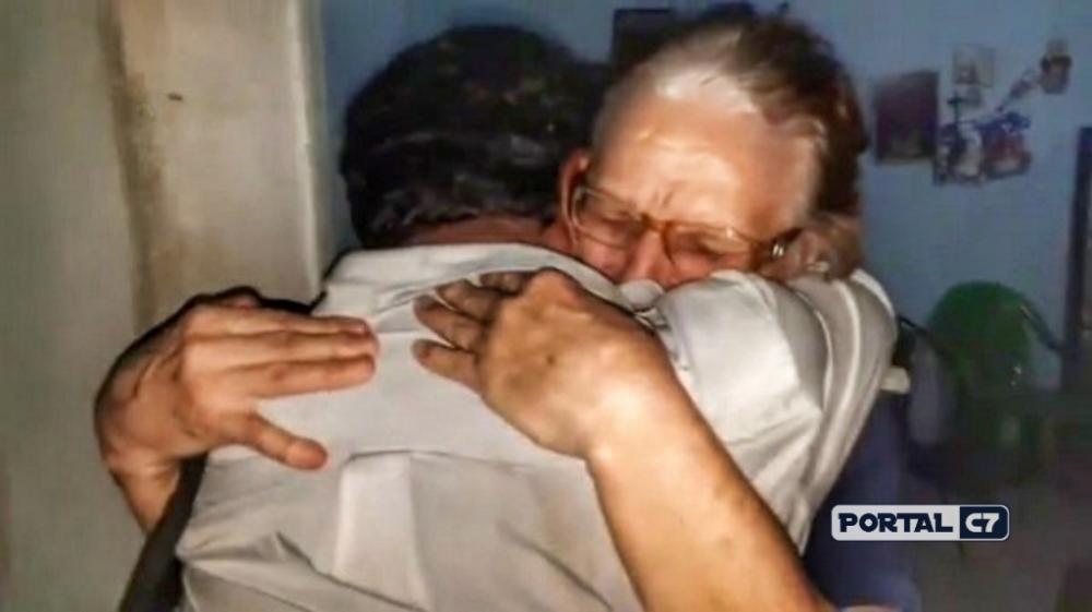 Mãe e filho se abraçando depois de 28 anos distantes. (Imagem:Temístocles Filho)