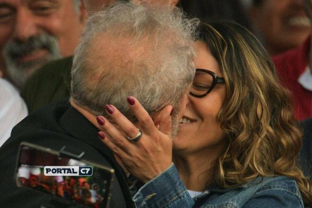 Lula beija a namorada, a socióloga Rosangela da Silva, durante discurso feito em Curitiba na última sexta (8) - Carl de Souza - 8.nov.19/AFP