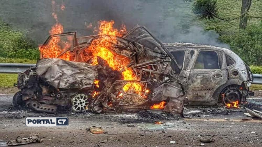 Carros pegaram fogo após a colisão, na manhã desta sexta-feira(Foto: PRF / Divulgação)