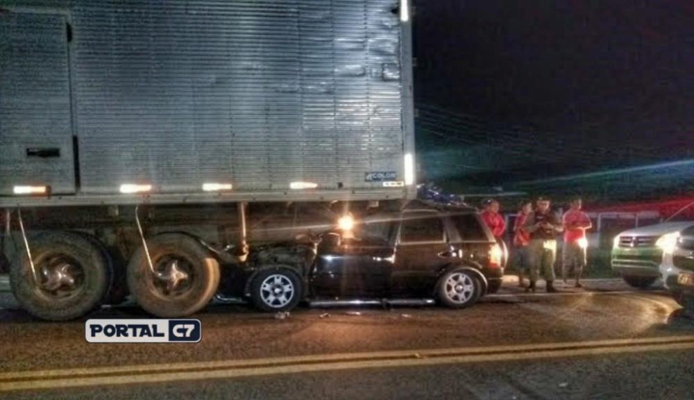 Colisão entre carro e caminhão deixa família presa nas ferragens no Piauí
