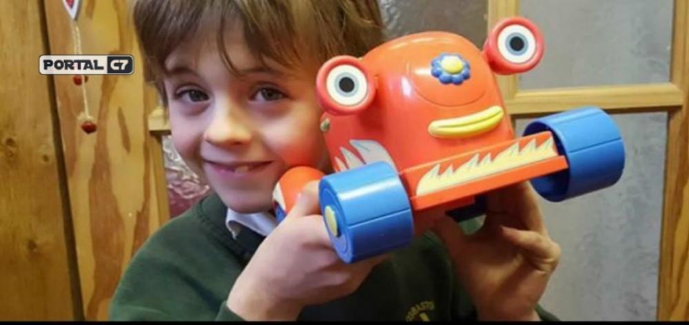 Samuel Barker, de apenas 7 anos morreu atropelado por um micro-ônibus