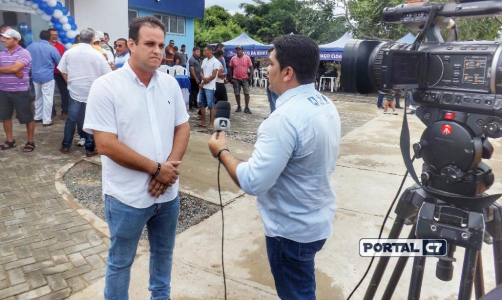Prefeito Diego Teixeira com a reportagem da TV Antena 10 (Imagens: Diogo Costa)