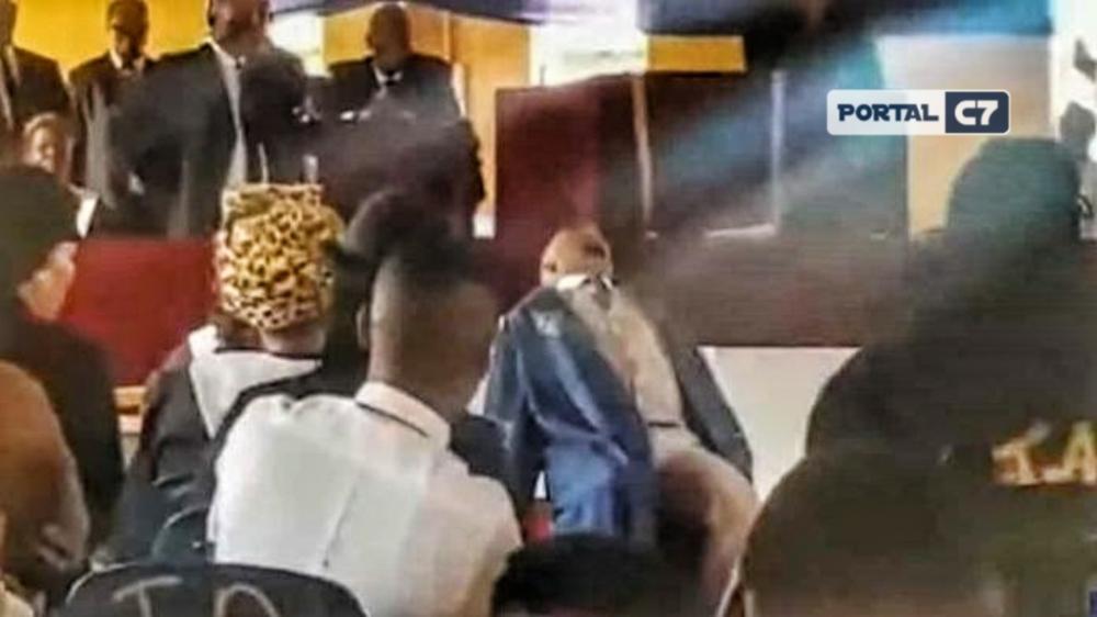 Reverendo Bassie Jackals, senta na cadeira durante ministração e morre