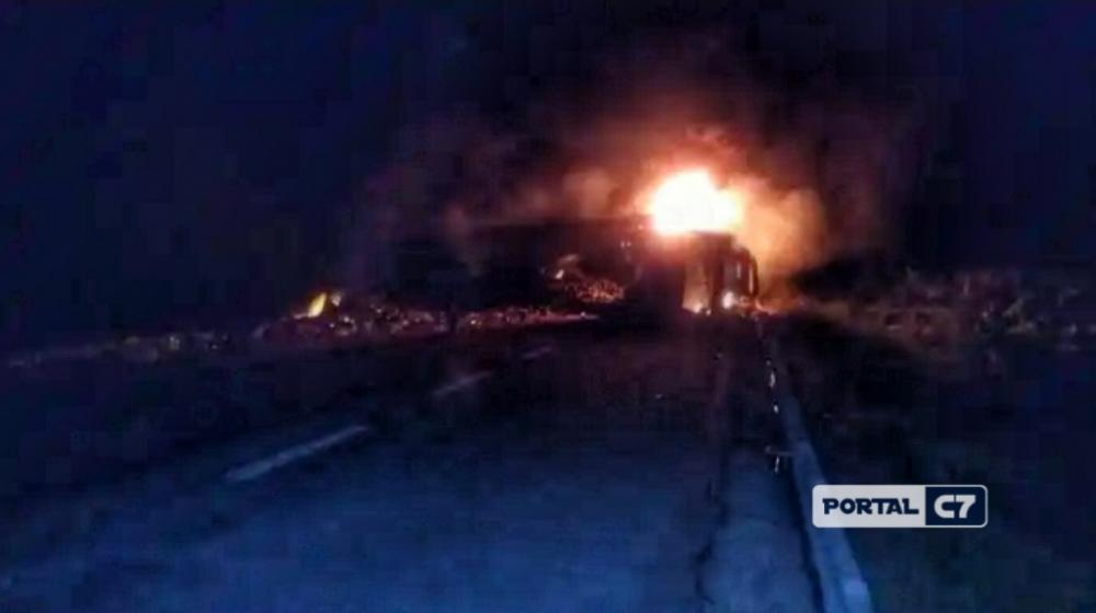 Carreta tombou com a batida e pegou fogo — Foto: Redes sociais