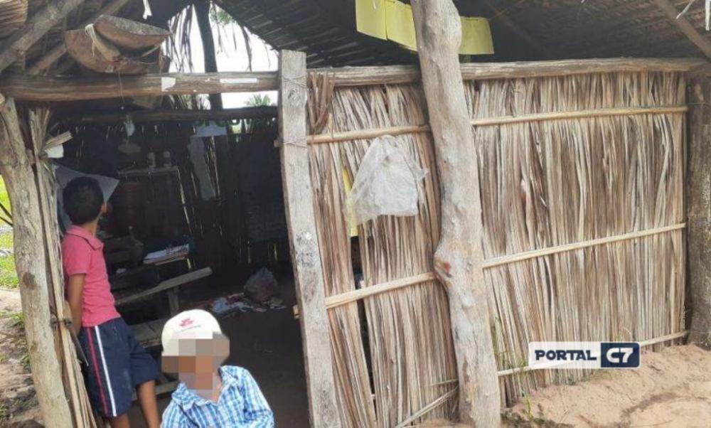 Crianças estudam em casebre de barro e palha em cidade do Maranhão