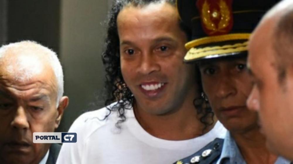 Ronaldinho chorou ao sair da sala de interrogações - Foto: Norberto Duarte/AFP