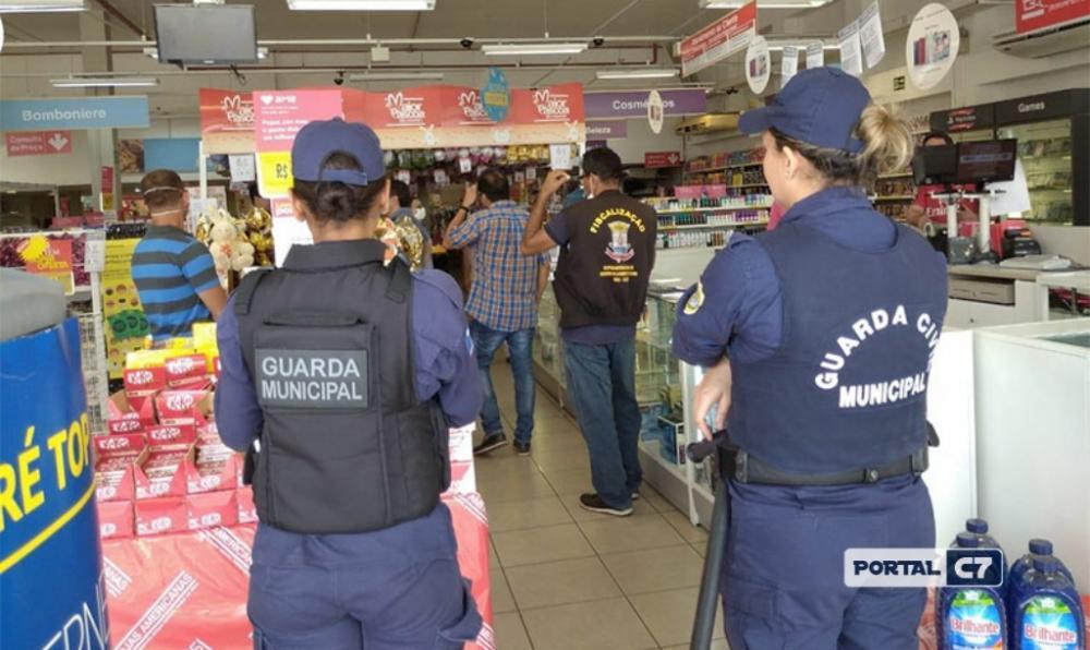 Guarda Municipal interditando loja de departamento na zona Leste de Teresina