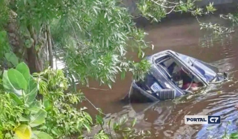 Quatro homens morrem após carro capotar e cair em rio na BR-361
