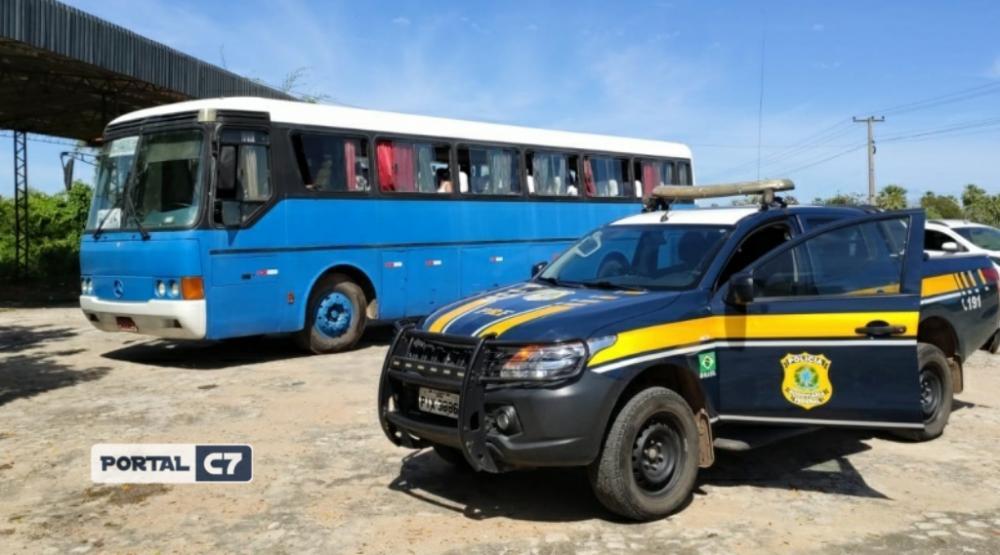 Ônibus vindo de SP com 35 passageiros desvia de barreiras para entrar no Piauí