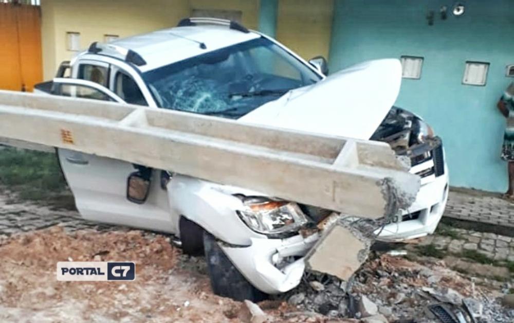 Motorista perde controle do carro e derruba poste em Floriano