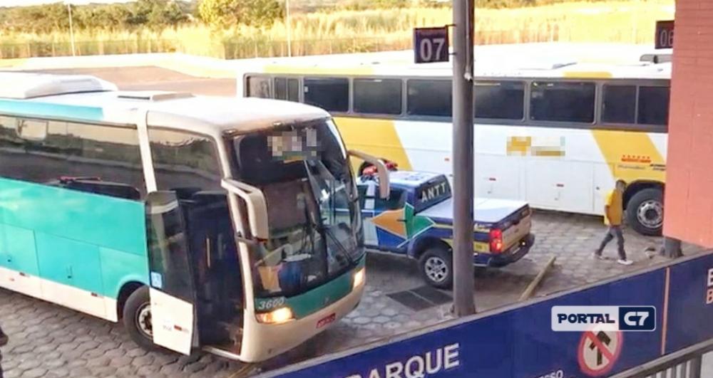 Ônibus clandestino com 39 passageiros é apreendido em Floriano