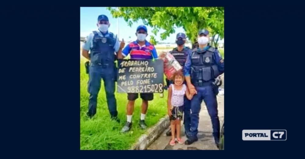 Pedreiro faz placa oferecendo serviços e policiais mobilizam campanha para ajudá-lo